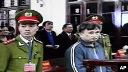 Ông Trần Anh Kim bị đưa ra xét xử tại tòa án tình Thái Bình (Ảnh chụp từ màn hình tại trụ sở tòa án tỉnh Thái Bình ngày 28 Tháng 12, 2009). Ông Kim từng bị tòa án Thái Bình kết án 5 năm 6 tháng tù giam và 3 năm quản chế ngày 28/12/2009.