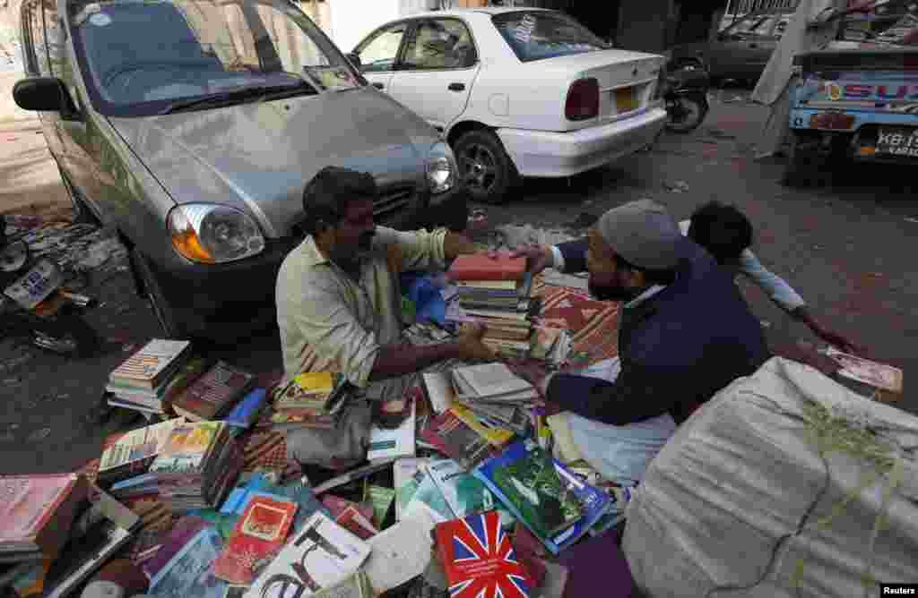 اس بازار میں وہ لوگ آتے ہیں جو نئی اور درآمد کی گئی کتب خریدنے کی سکت نہیں رکھتے۔
