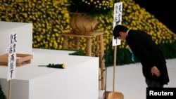 일본이 세계2차대전 폐전 69주년을 맞은 지난 15일 아베 신조 총리가 도쿄 부도칸 홀에서 전사자들에게 헌화한 후 절하고 있다. (자료사진)