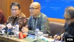 Juru bicara Kementerian Luar Negeri Arrmanatha Nasir (tengah) sedang memberikan jumpa pers di Kantor Kemenlu, Jakarta. (VOA/Fathiyah Wardah)