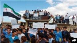 ຊາວຊີເຣຍພາກັນເດີນຂະບວນປະທ້ວງ ຕໍ່ຕ້ານປະທານາທິບໍດີ Bashar al-Assad ໃນເມືອງ Hula, ໃກ້ໆກັບເມືອງ Homs, ວັນທີ 24 ຕຸລາ 2011.