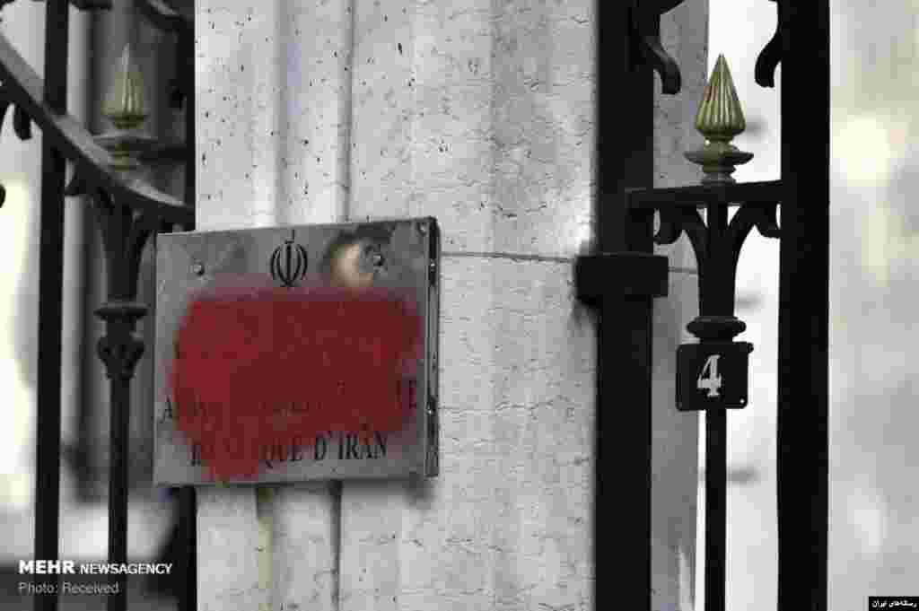عکسی از حمله به سفارت جمهوری اسلامی ایران در پاریس. مهاجمان نام «جمهوری اسلامی» بر سردر سفارت را با رنگ پوشاندند.