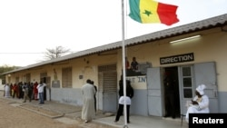 Senegalese line up to vote in central Dakar. (file)