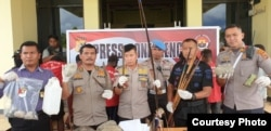 Kapolres Jayawijaya AKBP Tonny Ananda, dan jajaran memperlihatkan barang bukti kasus kerusuhan Wamena di Polres Jayawijaya, 09 Oktober 2019. (Foto: Humas Polda Papua)