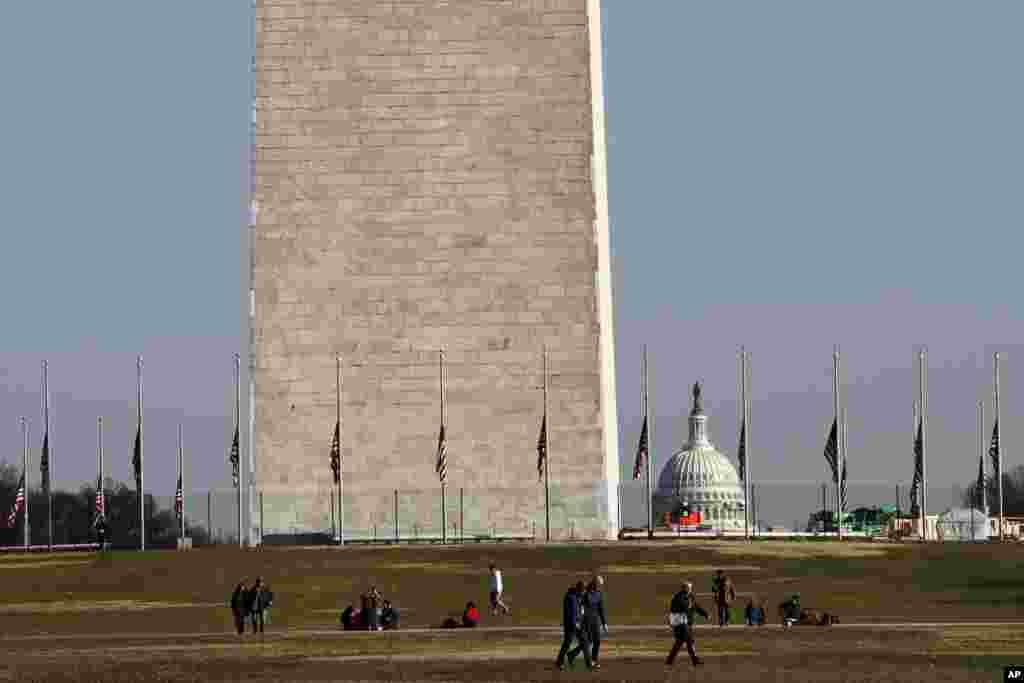 با ادامه تعطیلی موقت دولت، موزه های شهر واشنگتن اعلام کرده اند از دو روز دیگر تعطیل کامل می شوند. بخش های غیرضروری دولت فعلا تعطیل است. شهر واشنگتن میزبان چندین موزه بزرگ است و تعطیلی آنها خیلی از گردشگران در تعطیلات سال نو را ناراحت کرده است.