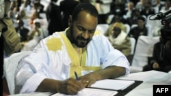 Sidi Brahim Ould Sidati, a member of the Arab Movement of Azawad, signs the peace accord on behalf of the Coordination of Azawad Movements in Bamako, Mali, June 20, 2015.