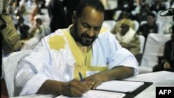 Sidi Brahim Ould Sidati signs the peace accord on behalf of the Coordination of Azawad Movements in Bamako, Mali. (June 20, 2015.)