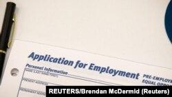在美國紐約市舉辦的一場餐飲業招聘會上所展示的一份就業申請表。(2021年5月13日)