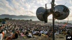 8일 인도네시아에서 이슬람 교도들이 이드 알 피트르 아침 기도를 올리고 있다.