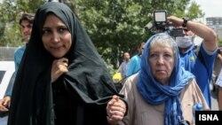 مادر و همسر جیسون رضائیان پس از آخرین جلسه دادگاه