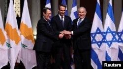 Dari kiri: Presiden Siprus Nicos Anastasiades, PM Yunani Kyriakos Mitsotakis, dan PM Israel Benjamin Netanyahu berpose bersama pada penandatangan kerjasama pipa gas alam, di Athena, Yunani Kamis (2/1).