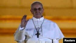13일 성 베드로 대성당 발코니에 모습을 드러낸 새 교황 프치스코 1세.