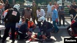 Tel Aviv'de bıçaklanan ve daha sona ölen askere sokakta ilk tedavi yapılırken