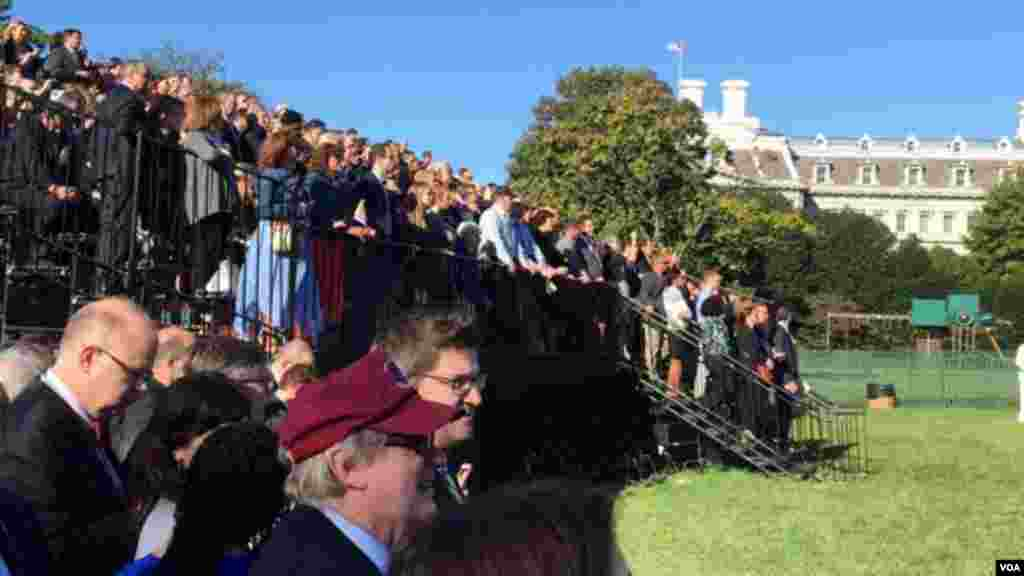 According to White House estimates, there were about 11,000 guests on the South Lawn for the ceremony welcoming Pope Francis, Sept. 23, 2015. (Aru Pande/VOA)