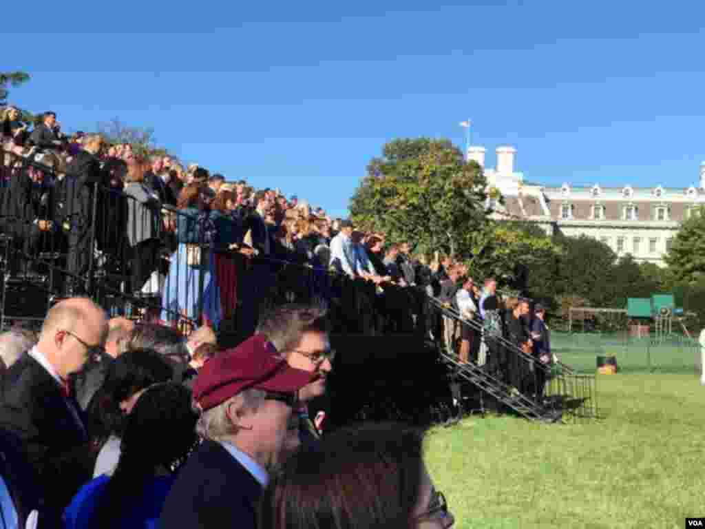 According to White House estimates, there were about 11,000 guests on the South Lawn for the ceremony welcoming Pope Francis, Washington, Sept. 23, 2015. (Aru Pande/VOA)