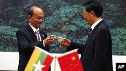 緬甸總統吳登盛和中國國家主席胡錦濤在北京人民大會堂一個簽字儀式後乾杯(資料圖片)