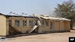 Sisa-sisa perguruan tinggi negeri di Buni Yadi, Nigeria yang rusak dibakar oleh orang-orang tak dikenal, Rabu dini hari (25/2).