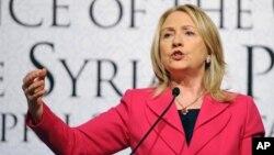 La secretaria de Estado de Hillary Clinton se mostró preocupada de que los actos de violencia alcancen a la misión de observación.
