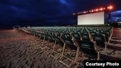 Ecran de projection en plein air au Festival de Cannes 2021.