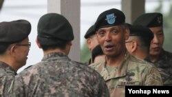 빈센트 브룩스 주한미군사령관이 지난달 18일 경기도 동두천시 캠프 케이시에서 열린 주한미군 2사단장 이취임식에서 한국 장성과 대화를 나누고 있다.