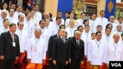 Cambodian King Norodom Sihamoni (in middle) in group photo with ruling members of National Assembly on first session, file photo. (Photo: VOA Khmer)