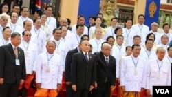 Cambodian King Norodom Sihamoni (in middle) in group photo with ruling members of National Assembly on first session. (Photo: VOA Khmer)