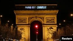 """Salah satu ikon bangunan kota Paris 'the Arc de Triomphe' menampilkan tulisan """"Paris is Charlie"""" untuk menghormati korban penembakan di kantor tabloid Charlie Hebdo (9/1)."""