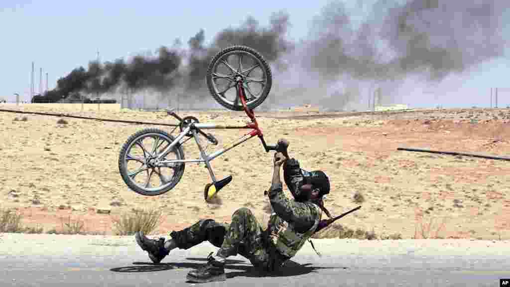 Un rebelle célèbre la libération d'al-Qawalish, à 100 kilomètres au sud-ouest de Tripoli, en Libye, après six heures de combat, 6 juillet 2011.