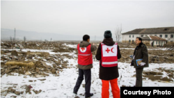 북한 수해 지역을 방문한 국제적십사자(IFRC) 직원들이 피해 및 복구 상황 등을 둘러보고 있다. 사진 출처 = IFRC.