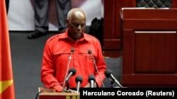 Eduardo dos Santos deve ser julgado, diz histórico do MPLA - 4:01