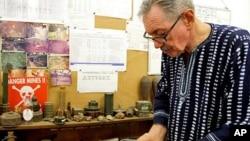 O ex-embaixador americano na Guiné-Bissau, John Blacken, mostra algumas das 126.000 minas que a sua organização, HUMAID, retirou do país.