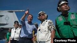美國國防部長卡特(左三)和菲律賓國防部長加斯明(右二)4月15日訪問斯坦尼斯號航母 (美國國防部照片)