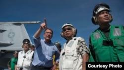 美国国防部长卡特(左三)和菲律宾国防部长加斯明(右二)4月15日访问斯坦尼斯号航母 (美国国防部照片 )