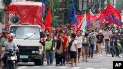 Những người biểu tình tuần hành tới lãnh sự quán Trung Quốcđể phản đối TQ quân sự hóa các đảo, đá trong vùng biển tranh chấp ở Biển Đông. Ảnh chụp ngày 21/7/2018 tại thành phố Makati ở phía đông Manila, Philippines. (AP Photo/Bullit Marquez)