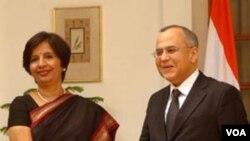 Wakil Menteri Luar Negeri India Nirupama Rao (kiri) dengan Wakil Menlu Pakistan Salman Bashir di New Delhi tahun lalu (foto: dok).