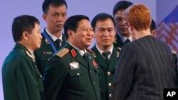Bộ trưởng Quốc phòng Việt Nam Ngô Xuân Lịch (trung tâm) tại cuộc họp Các Bộ trưởng ASEAN hôm 25/10/2017 ở Manila, Philippines. Ông Lịch sẽ phát biểu tại một phiên họp của Đối thoại Shangri-La ở Singapore hôm 1/6.