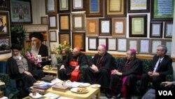 عکس آرشیوی از دیدار گروهی از اسقف های کاتولیک آمریکا با برخی از روحانیون ایران در قم - اسفند ۱۳۹۲