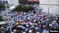 ຊາວບ້ານທ້ອງຖິ່ນເຕົ້າໂຮມກັນຢູ່ຕໍ່ໜ້າ ຕຶກໂຮງການລັດຖະບານ ທີ່ເມືອງ Shifang ແຂວງ Sichuan ວັນທີ່ 2, ກໍລະກົດ 2012.
