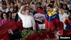 Presiden Nikaragua Daniel Ortega (baju putih) dan Presiden Venezuela Nicolas Maduro bersama memperingati 35 tahun Revolusi Sandinista di Managua Sabtu (19/7).