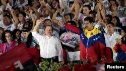 Tổng thống Nicaragua Daniel Ortega (trái) và Tổng thống Venezuela Nicolas Maduro vẫy chào người ủng hộ trong ngày kỷ niệm cuộc cách mạng Sandinista ở thủ đô Managua, 19 tháng 7, 2014.