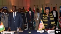 Perezida wa Kote divuwari Alassane Ouattara, mu bubamfu na Perezida wa Liberiya Ellen Johnson, mu uryo. Mu nama ya 49 ya CEDEAO.