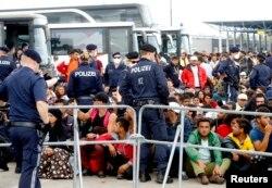 Châu Âu lo sợ rằng cuộc khủng hoảng di trú làm rúng động EU cuối cùng sẽ đe dọa đến tương lai của vùng không-biên-giới của châu lục này.
