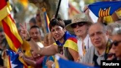 Para pendukung kemerdekaan Catalonia melakukan aksi unjuk rasa di Barcelona, Spanyol (19/9).