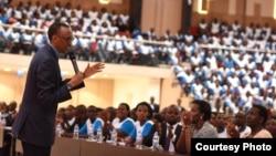 Paul Kagame e estudantes universitários