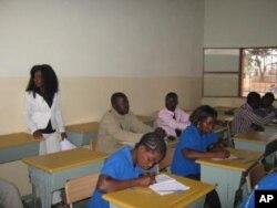 Sala de aula numa escola de Malanje