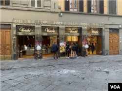 Visitors buying ice cream in Florence. (Sabina Castelfranco/VOA)