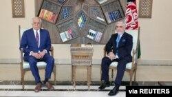 AQShning Afg'oniston bo'yicha maxsus vakili Zalmay Halilzod Kobulda mamlakat Bosh vaziri Abdulla Abdulla bilan, 1-mart, 2021