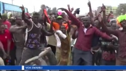 Wananchi wakisherehekea huko Embakasi nchini Kenya baada ya majaji kutengua matokeo ya urais