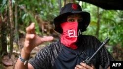 El comandante Uriel del frente Ernesto Che Guevara, perteneciente a la guerrilla del Ejército de Liberación Nacional (ELN), habla con AFP durante una entrevista en la selva, en el departamento de Chocó. [Foto: Archivo]