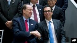 2019年4月12日星期五,在华盛顿举行的世界银行/国际货币基金组织春季会议上,美国财政部长姆努钦和世界银行行长马尔帕斯握手。